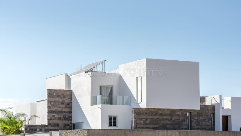 Lyxigt bostads- hus med modern arkitektur framme av solig himmel arkivfoton