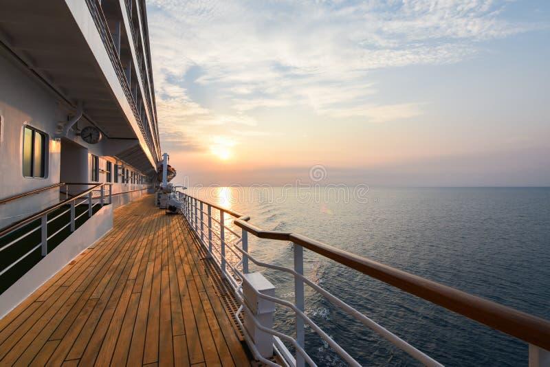Lyxigt däck för kryssningskepp på solnedgången arkivbild