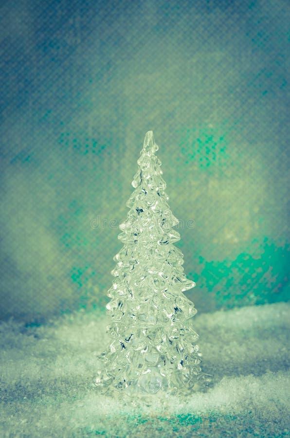 Lyxigt glasaktigt julträd i snöig landskap royaltyfri bild