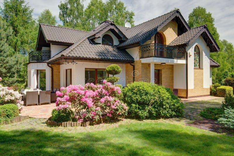 Lyxigt hus i förorterna royaltyfria bilder