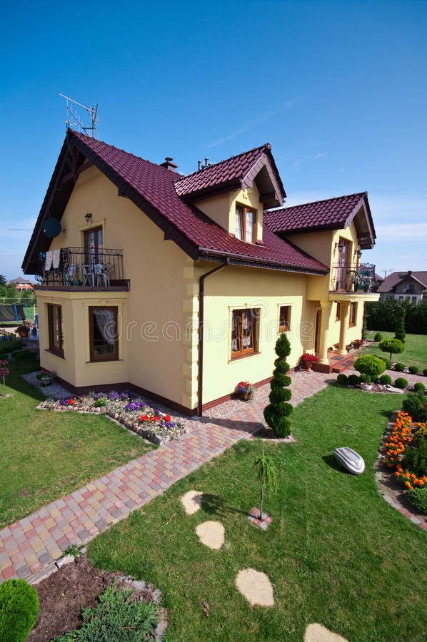 Lyxigt hus och trädgård fotografering för bildbyråer