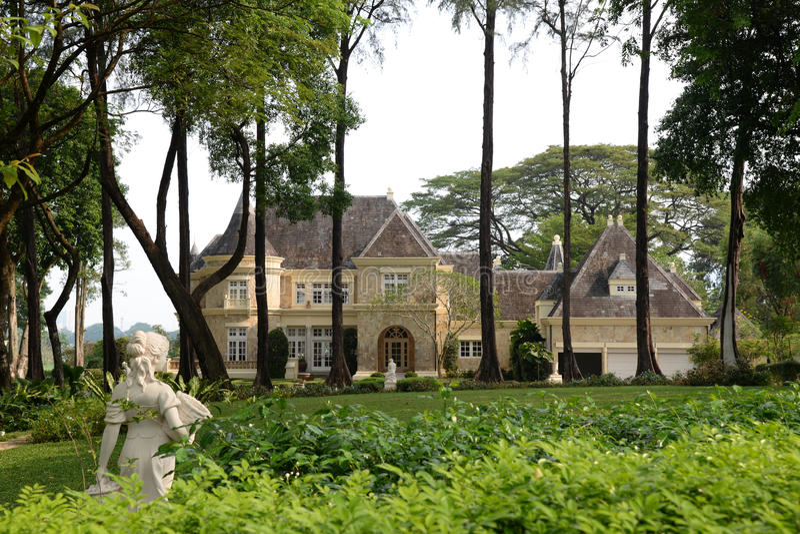 Lyxigt hus och trädgård royaltyfria bilder