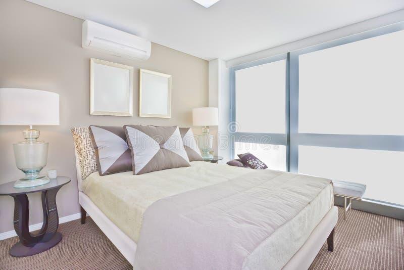 Lyxigt inre sovrum med den moderna inklusive madrassen för enkel säng royaltyfria bilder