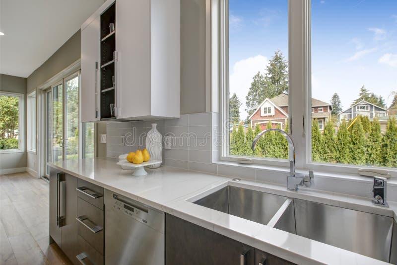 Lyxigt kök i ett splitterny hem royaltyfri fotografi
