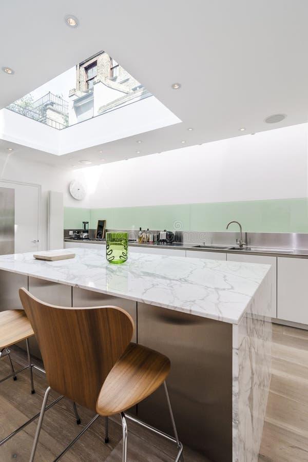 Lyxigt kök med den stora takfönstret royaltyfri foto
