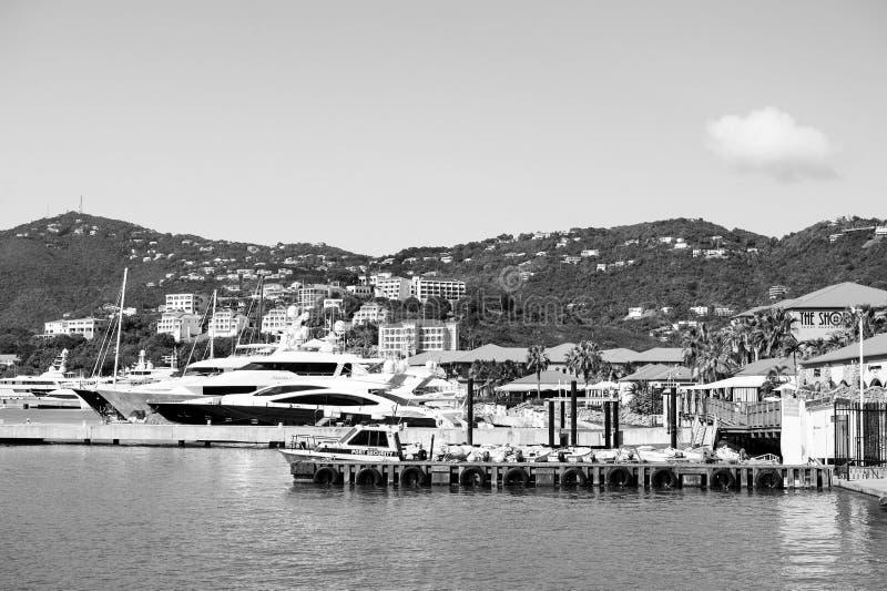 Lyxigt lopp på fartyget, vattentransport Yachter förtöjde på havspir på berglandskap Havsport och stad på soliga blått arkivfoton
