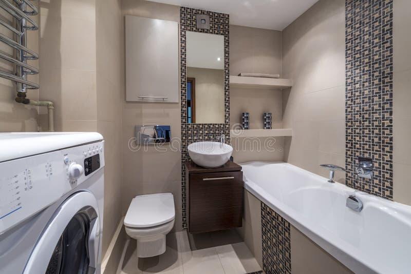 Lyxigt modernt badrumfölje royaltyfria foton