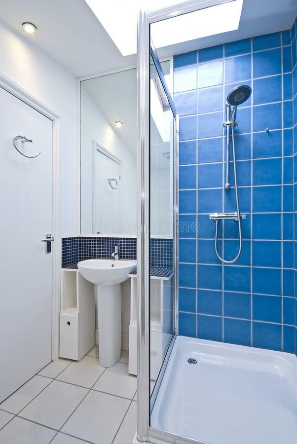 lyxigt modernt duschfölje för badrum royaltyfria foton