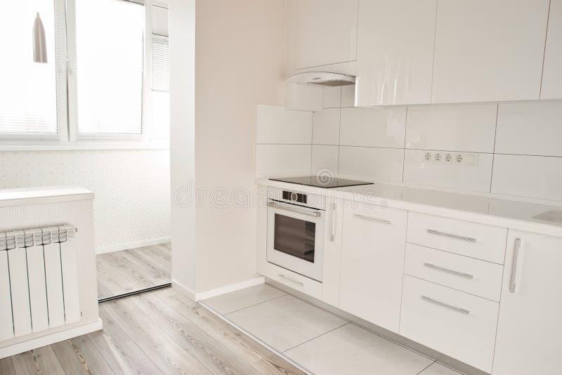 Lyxigt modernt kök i ny lägenhet arkivfoto
