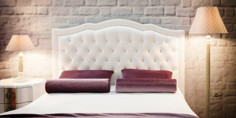 Lyxigt modernt stilsovrum i rosa och varma signaler, inre av ett hotellsovrum arkivfoto