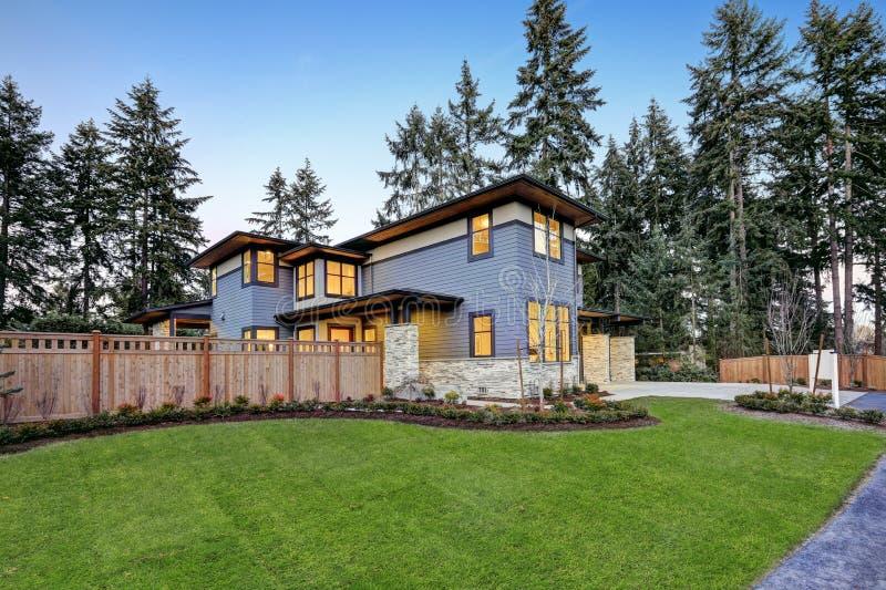 Lyxigt nybyggnadhem i Bellevue, WA royaltyfria bilder