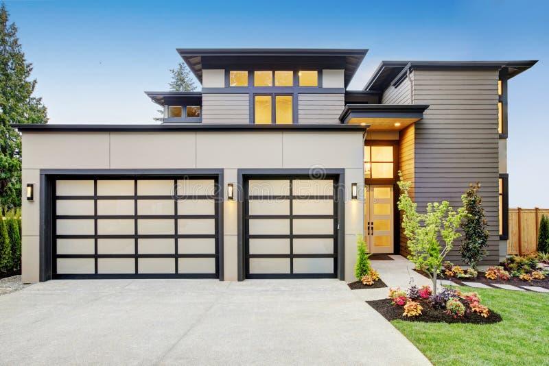 Lyxigt nybyggnadhem i Bellevue, WA arkivbilder