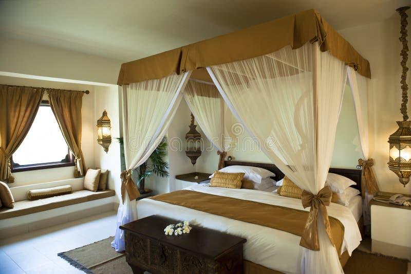Lyxigt orientaliskt hotellsovrum arkivbild