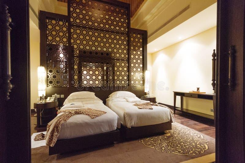 Lyxigt rumhotell för tvilling- säng med arabisk garnering på Abu Dhabi, UAE royaltyfria foton