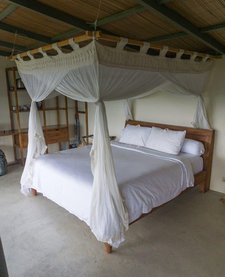 Lyxigt sovrum i Bali royaltyfri bild