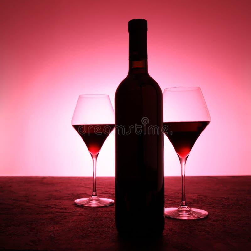 Lyxigt tappningrött vin i en svart glasflaska royaltyfri bild