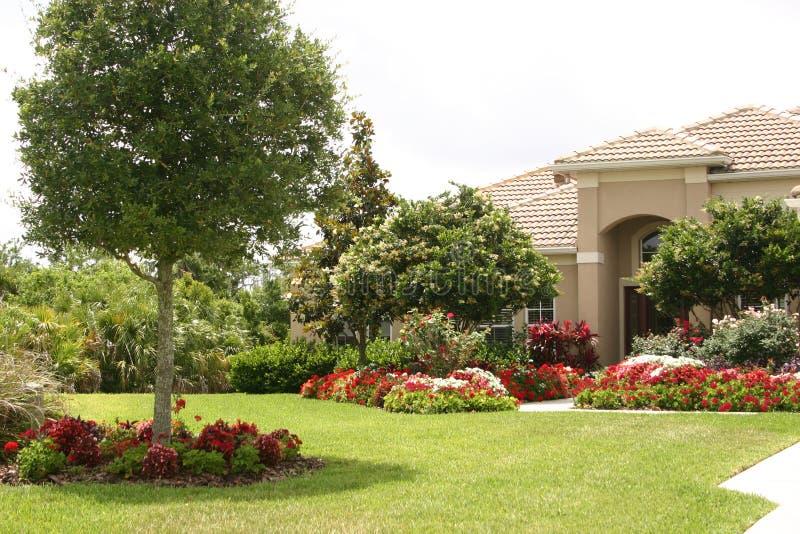 lyxigt trädgårds- hus royaltyfria bilder