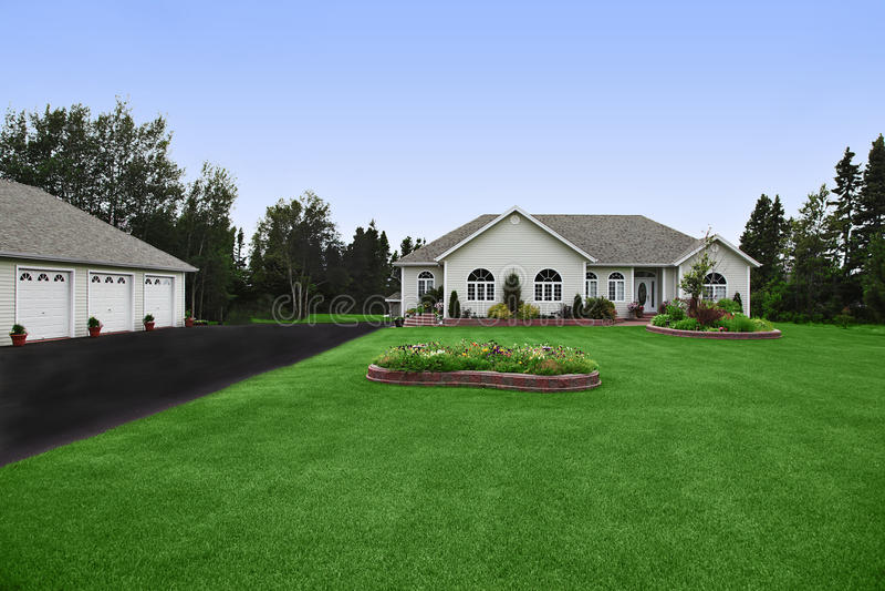 lyxigt trädgårds- hus royaltyfri foto
