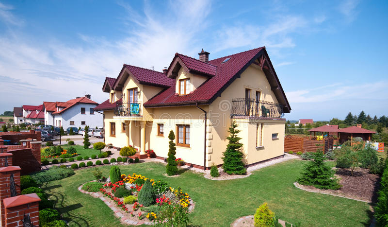 lyxigt trädgårds- hus royaltyfri bild