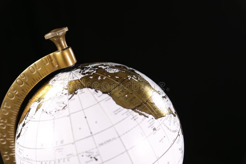 Lyxigt vit- och guldjordklot och att föreställa internationellt lopp eller affär fotografering för bildbyråer