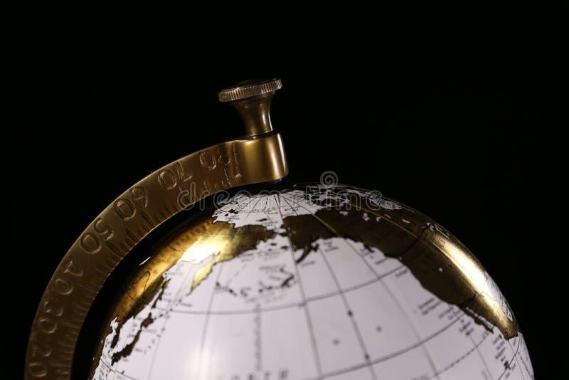 Lyxigt vit- och guldjordklot och att föreställa internationellt lopp eller affär royaltyfri bild