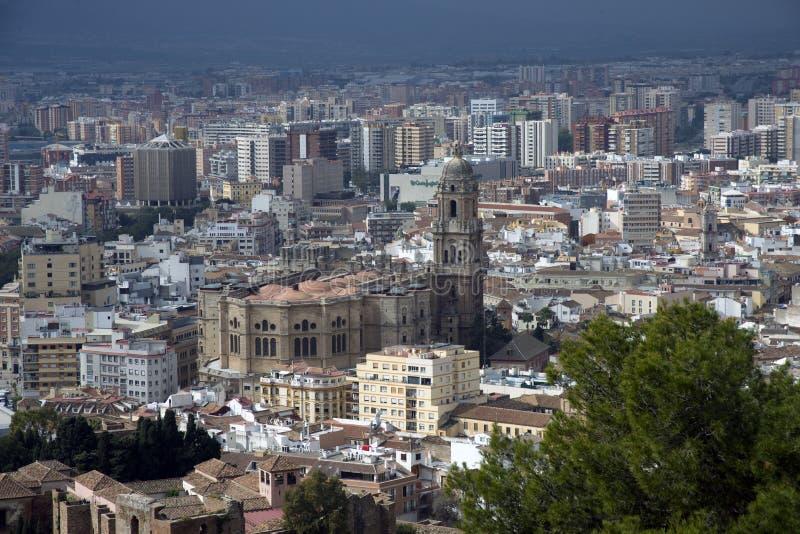 Màlaga, Spanien, im Februar 2019 Panorama der spanischen Stadt von Màlaga Gebäude gegen einen bewölkten Himmel Drastischer Himmel lizenzfreies stockfoto