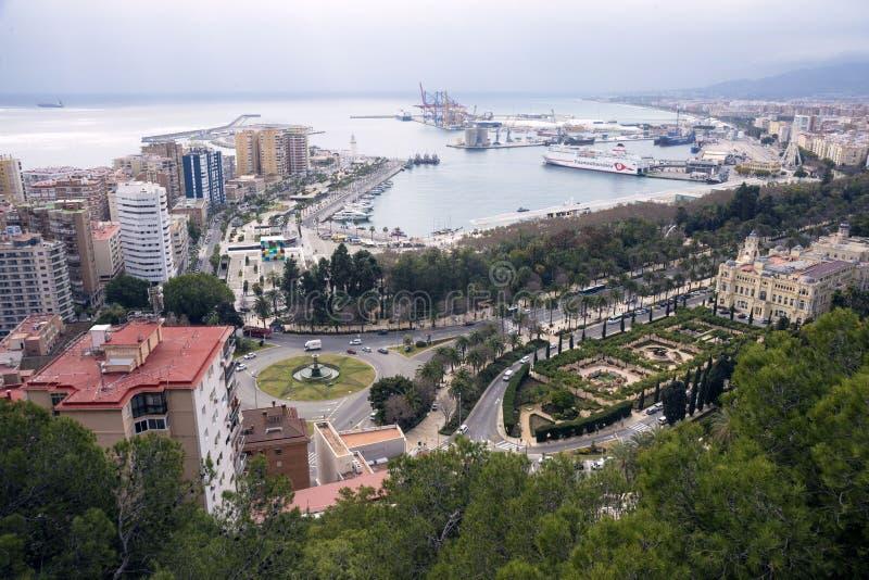 Màlaga, Spanien, im Februar 2019 Panorama der spanischen Stadt von Màlaga Gebäude, Hafen, Bucht, Schiffe und Berge gegen ein bewö lizenzfreies stockfoto