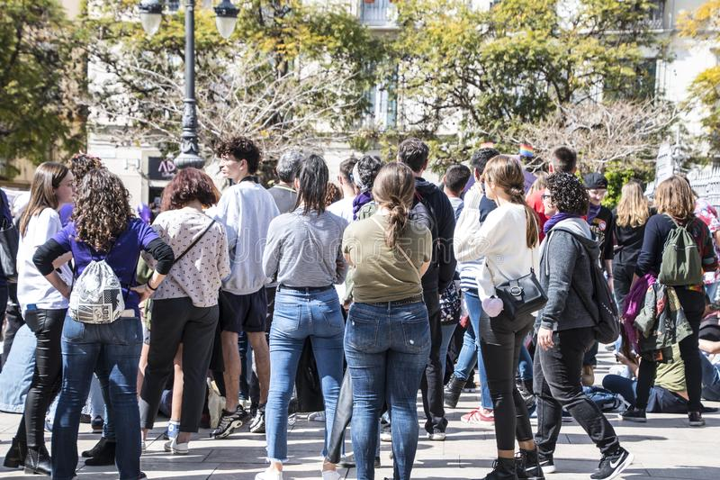 MÀLAGA, SPANIEN - 8. MÄRZ 2019: Menge, die in zentrales Màlaga am internationalen Tag der Frau für gleiche Rechte marschiert stockfotografie