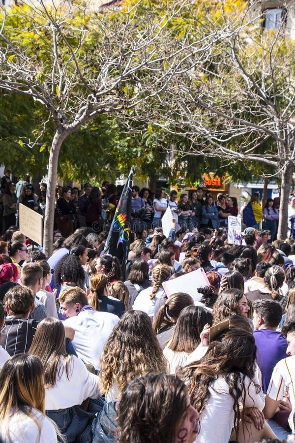 MÀLAGA, SPANIEN - 8. MÄRZ 2019: Menge, die in zentrales Màlaga am internationalen Tag der Frau für gleiche Rechte marschiert lizenzfreie stockfotografie