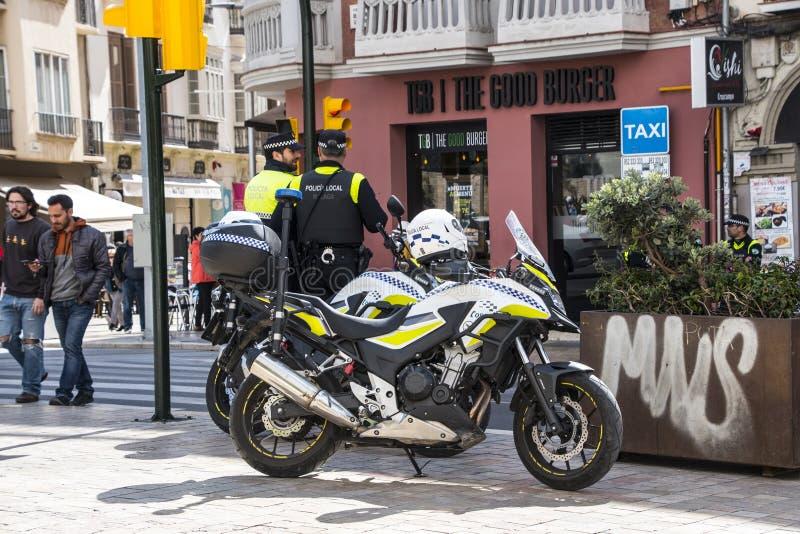 Màlaga, Spanien - 8. März 2019: Städtische Polizei passt das Stadtzentrum gegen den Angriff von Terroristen während des Marsches  lizenzfreies stockbild