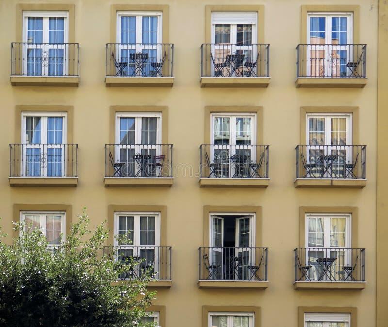 Màlaga-Wohngebäude mit kleinen Balkonen stockbilder