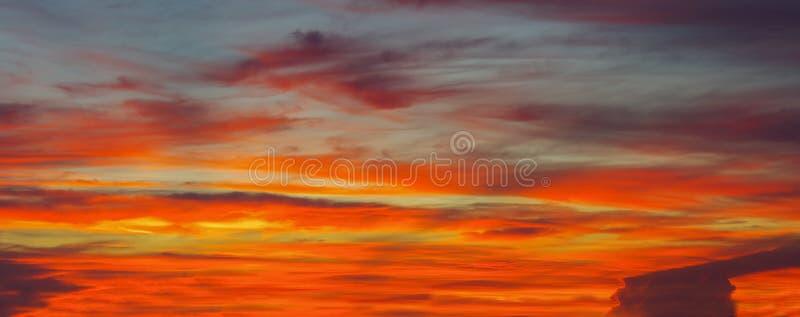 A mágica do sol, do céu e das nuvens no nascer do sol, por do sol para o projeto gráfico part5 fotos de stock