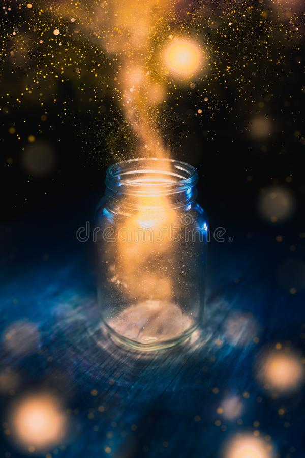 Mágica em um frasco em um fundo escuro foto de stock