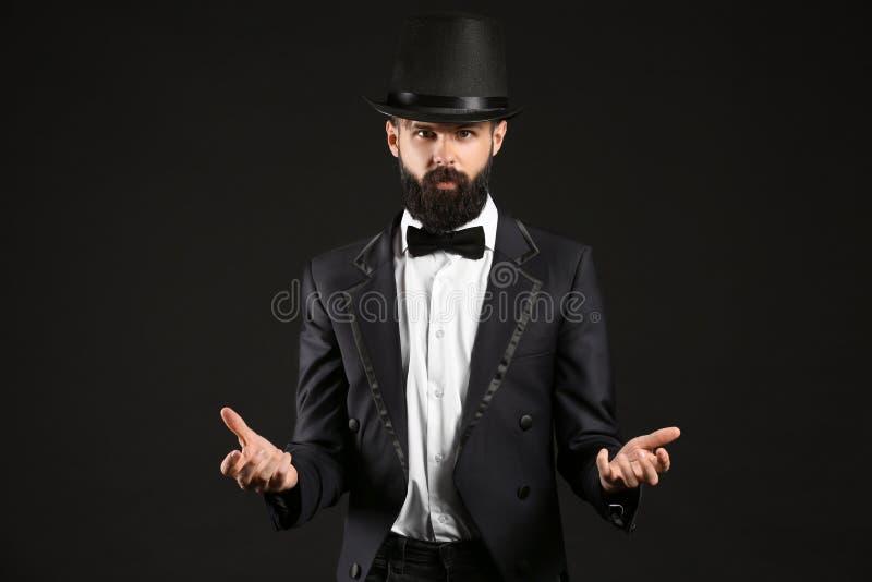 Mágico masculino no fundo escuro foto de stock