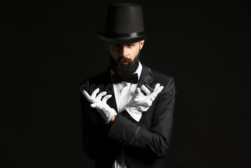 Mágico masculino no fundo escuro imagens de stock