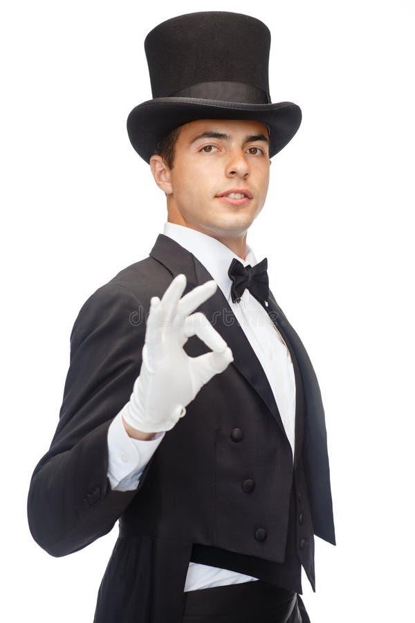 Mágico no truque da exibição do chapéu alto imagem de stock