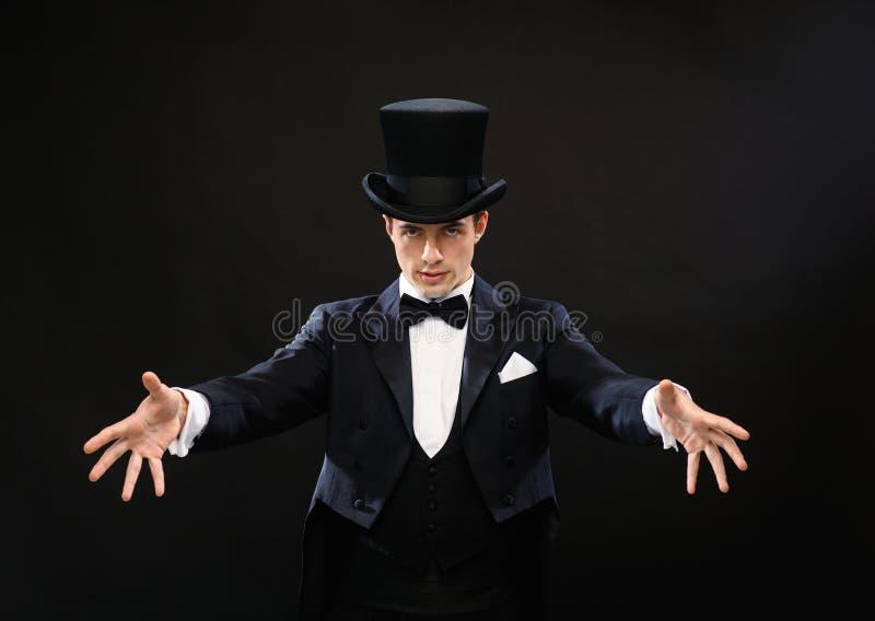 Mágico no truque da exibição do chapéu alto imagem de stock royalty free