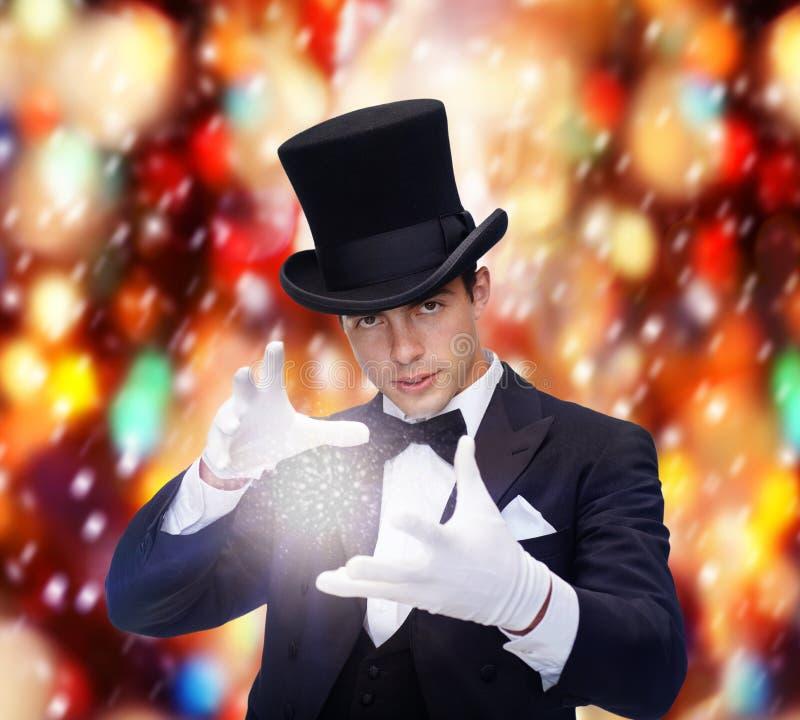 Mágico no truque da exibição do chapéu alto imagens de stock