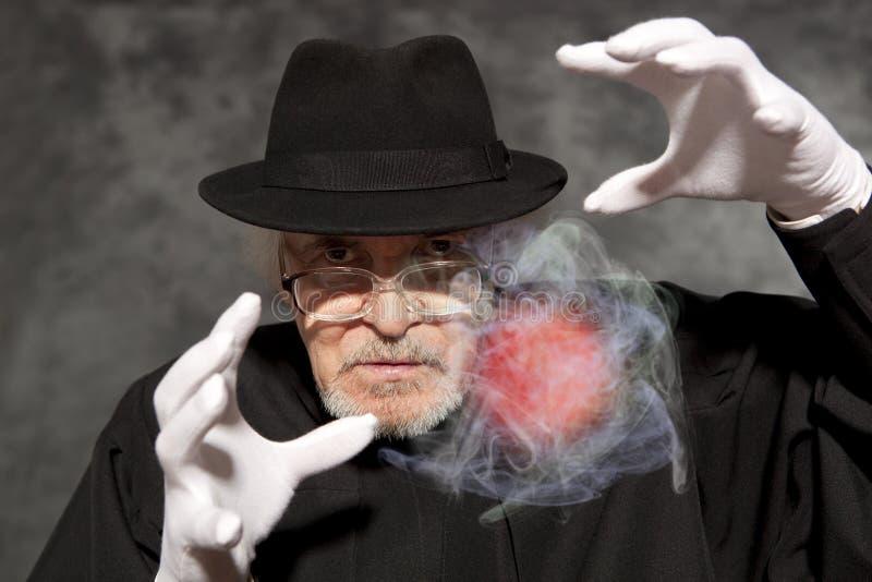 Mágico no truque da exibição do chapéu alto Mágica, desempenho, circo foto de stock