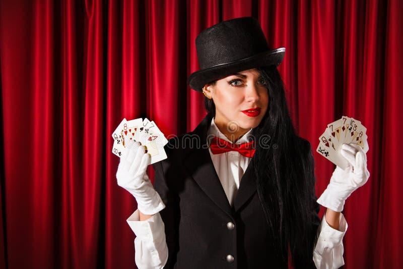 Mágico que guarda cartões de jogo imagens de stock