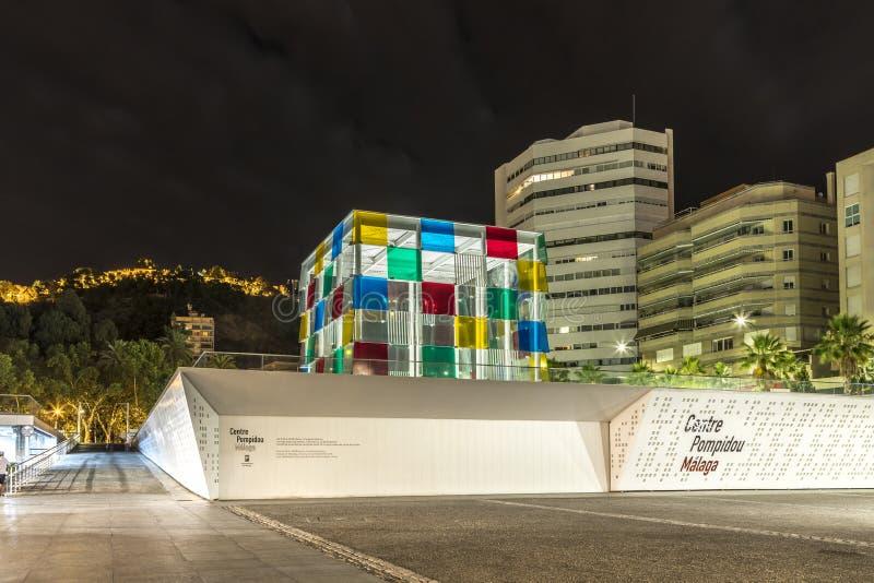 MÁLAGA, ESPAÑA - 28 de junio de 2018: Paisaje urbano de la noche del museo de Málaga del Centre Pompidou en el puerto de Málaga,  imagenes de archivo
