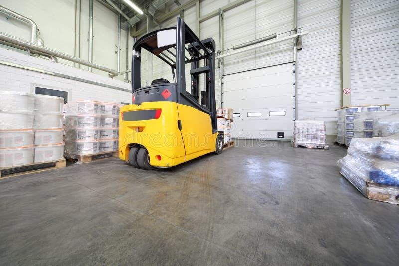 Máquina amarela do carregador no armazém em Caparol imagens de stock