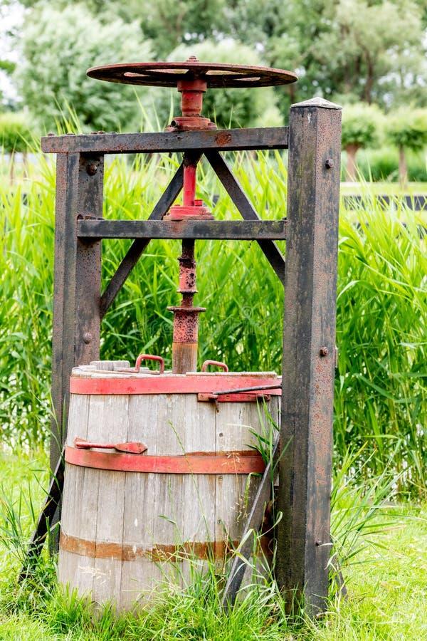 Máquina antiga do Dutch para pressionar o queijo foto de stock royalty free