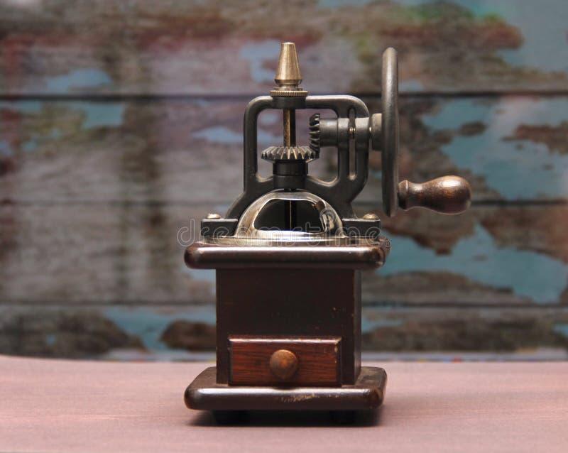 Máquina antiquado do crinder do café fotos de stock
