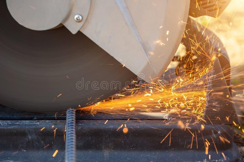 Máquina ao cortar o aço do rebar no canteiro de obras fotografia de stock