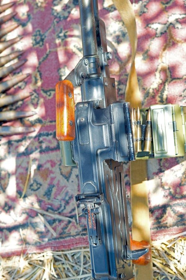 Máquina-arma con la cadena de la munición fotografía de archivo