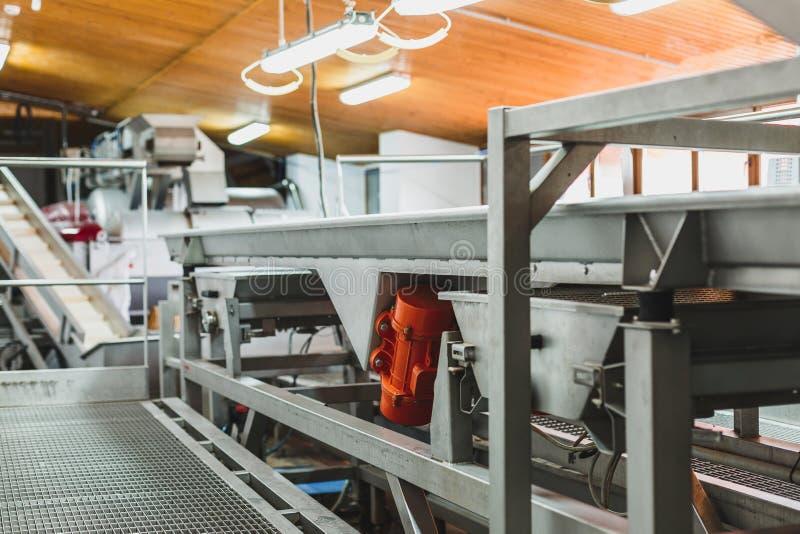 Máquina automática para el proceso de uvas en el vino Planta foto de archivo libre de regalías