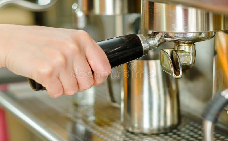 Máquina brillante del café del metal del primer, mano que inserta la manija del tenedor del filtro imagenes de archivo