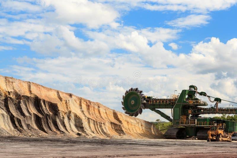 Máquina carbonosa enorme de carvão imagens de stock royalty free