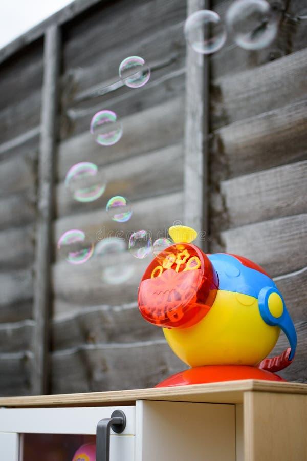 Máquina da bolha das crianças no trabalho fotografia de stock